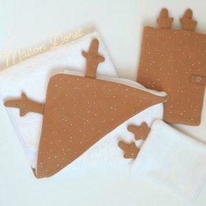 cape de bain en eponge biologique blanche avec capuche camel à pois doré et bois de renne
