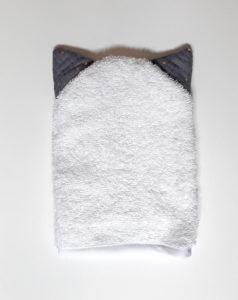gant en coton biologique avec des oreilles de chat grises a pois dorés