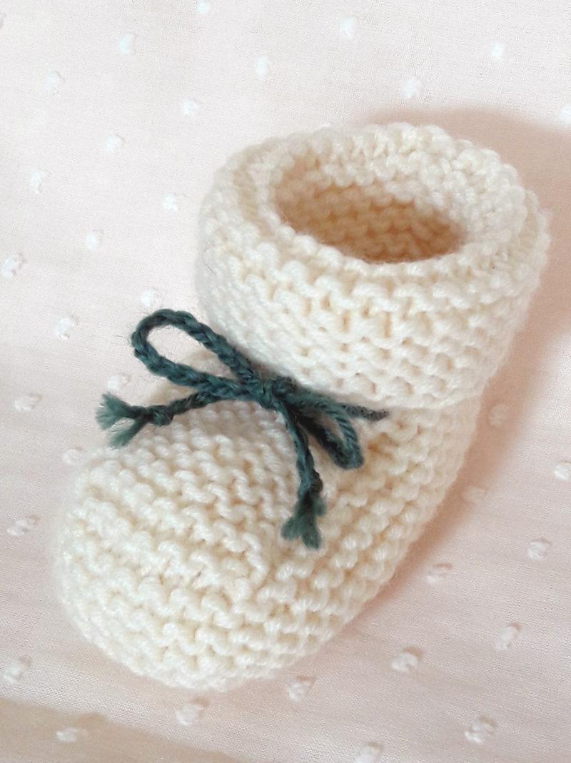 détails chaussons tricot mérinos écru lacets kaki